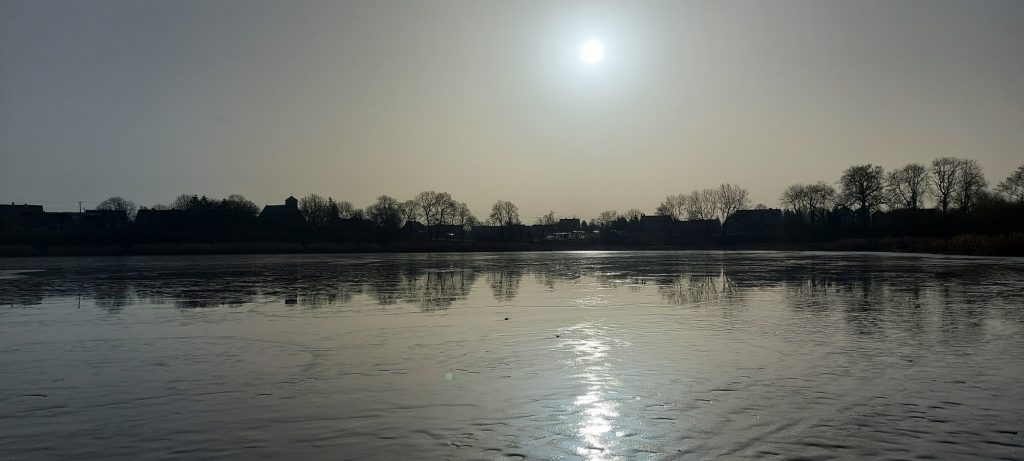 Jezioro Lubanowo skute przejrzystym lodem, zdj. Bartosz Kontny