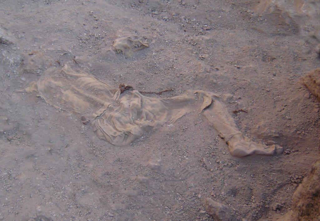 Solna mumia z Szehr Abad w trakcie oczyszczania