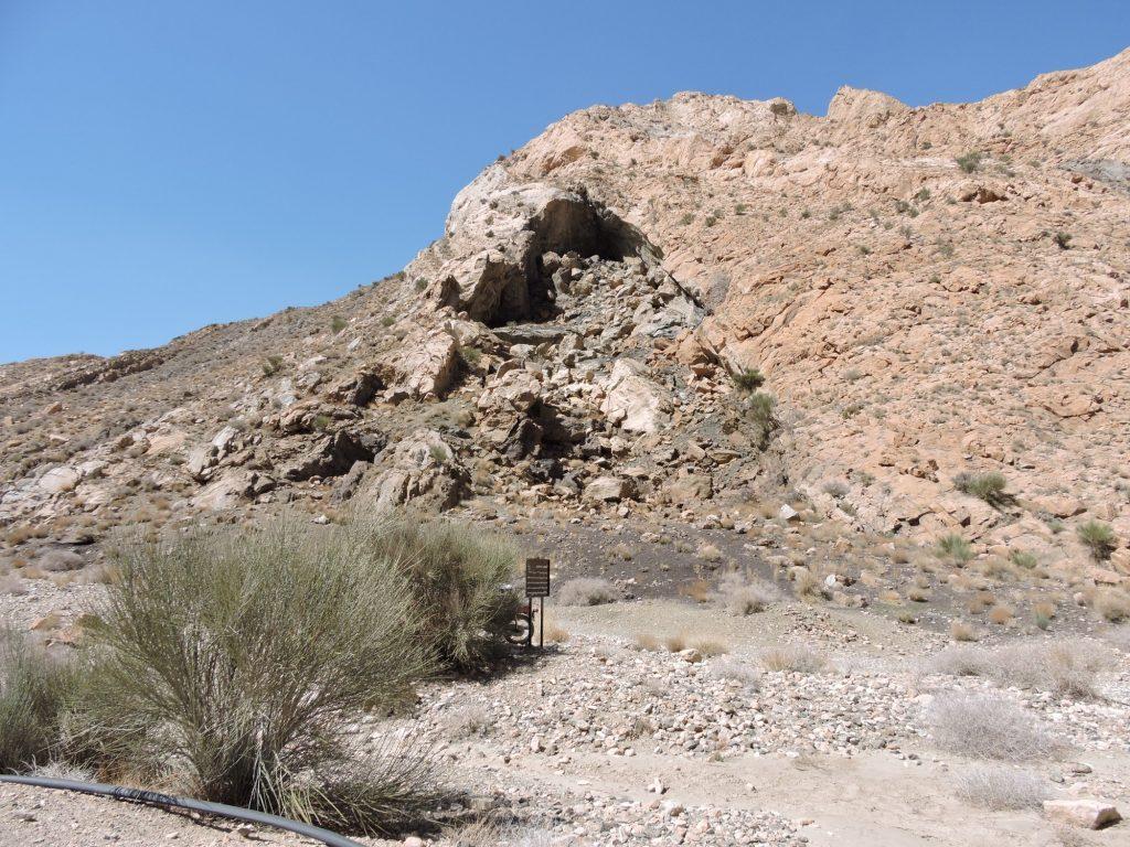 Wejście do irańskiej jaskini Kan-Gohar. Z zewnątrz wygląda niepozornie, ale żeby się tam dostać, trzeba się przez ponad kwadrans wspinać po rumowisku skalnym. Możliwe, że żołnierze Maleka Aszrafa zrzucali chrust z góry, gdzie można dojść wygodną ścieżką. Fot. A. Sołtysiak.