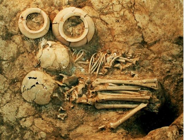 Dwa pochówki dzieci z El Embocadero II. Młodsze dziecko pochowano bliżej naczyń ceramicznych stanowiących wyposażenie grobowe tego pochówku. fot. Joseph Mountjoy, Rhodes J.A. Rhodes, J.B. Mountjoy, F.G. Cupul-Magaña,, Understanding the wrapped bundle burials of West Mexico: A contextual analysis of Middle Formative mortuary practices, Ancient Mesoamerica, 27.2, s. 381 Reprodukcja za zgodą Cambridge University Press