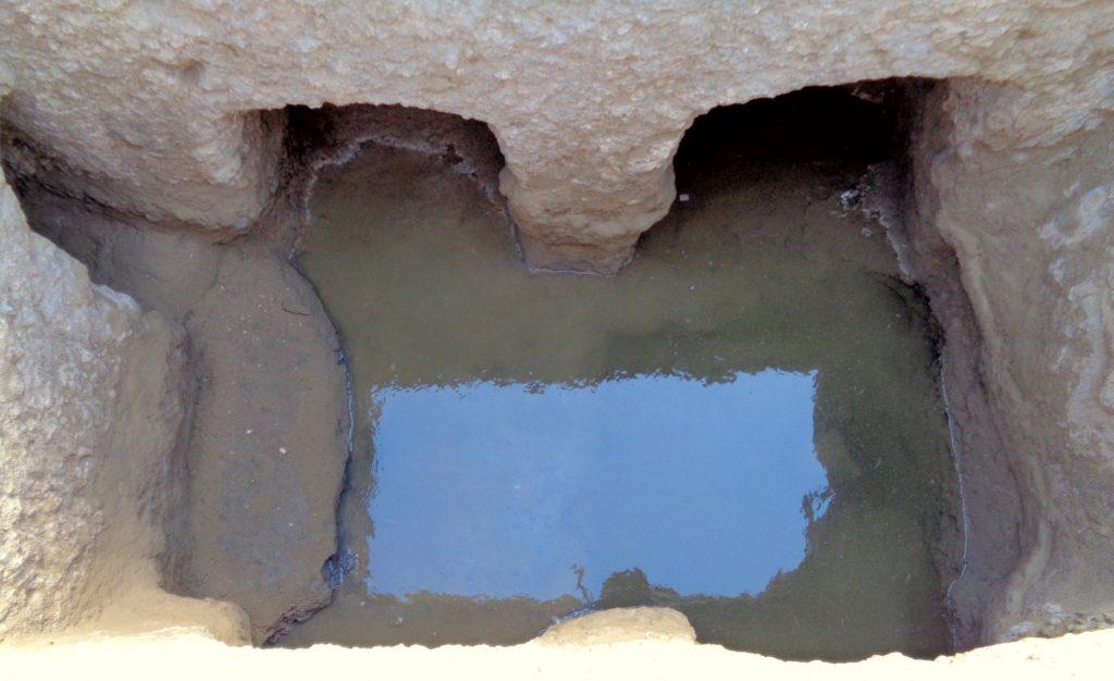 Woda w komorze hellenistycznej bramy przebudowanej na studnię fot. J. Rądkowska