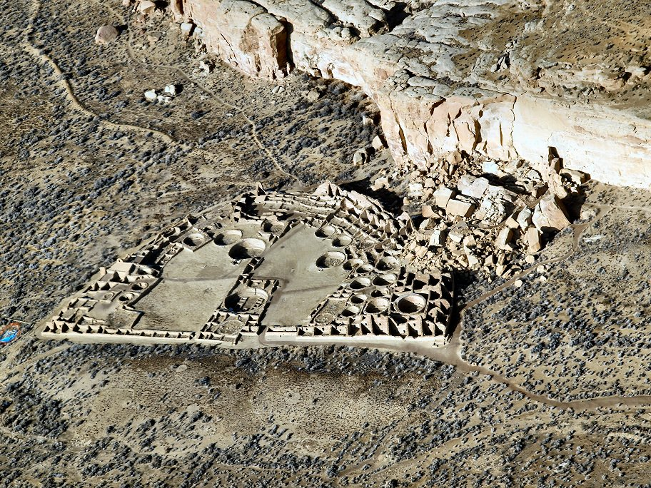 Pueblo Bonito w Nowym Meksyku. Ludzie, którzy żyli tam w IX-XII w. chętnie pili napój z ziaren kakaowca fot. B. Adams (opublikowano na licencji CC BY-SA 3.0 via Wikimedia Commons)