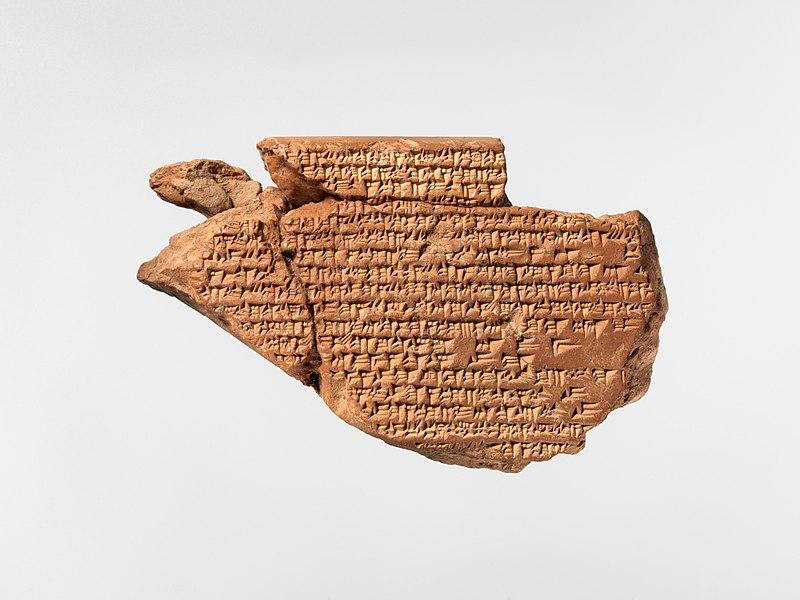 Fragment tabliczki z serią Enuma Anu Enlil, zawierającą omina astralne. W babilońskiej teologii spekulatywnej często były wykorzystywane motywy astronomiczne Metropolitan Museum of Art (opublikowano na licencji CC0 1.0, via Wikimedia Commons)