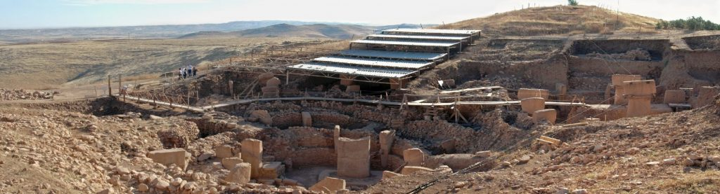 Panoramiczny widok na południową część wykopalisk w Göbekli Tepe fot. Rolfcosar (opublikowano na licencji CC BY-SA 3.0, via Wikimedia Commons)