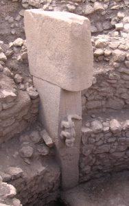 Dekoracje na jednym ze słupów fot. Teomanclmit (opublikowano na licencji CC BY-SA 3.0, via Wikimedia Commons)