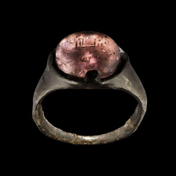 Srebrny pierścień z Birki z arabską inskrypcją na klejnocie Swedish History Museum, O. Myrin SHM, na podstawie licencji CC-BY