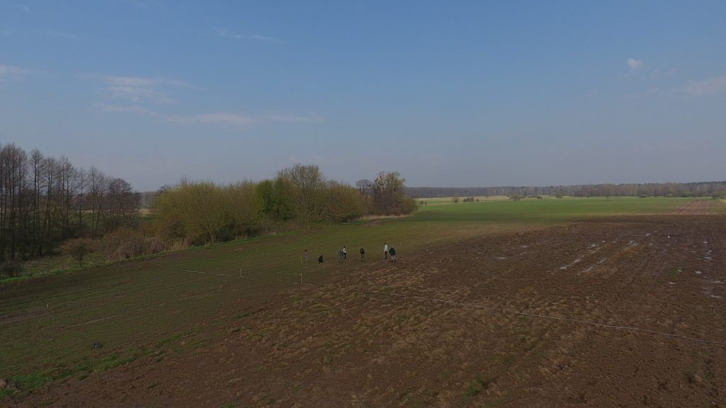 Zespół osadniczy w Zaborowie z lotu ptaka. Na horyzoncie Kampinoski Park Narodowy © A. Tomas, na licencji CC BY SA 4.0