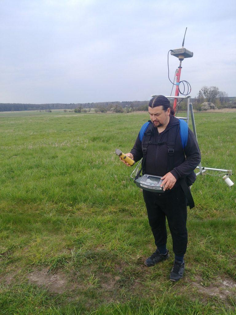 Mgr Wiesław Małkowski w trakcie badań geomagnetycznych © A. Cieśliński, na licencji CC BY SA 4.0