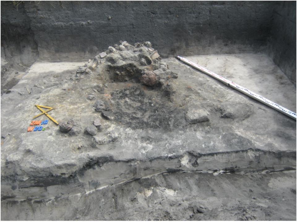 Żmijowiska, stanowisko 10. Relikty pieca kuchennego w półziemiance – osada północna, badania w 2016 roku © A. Kacprzak