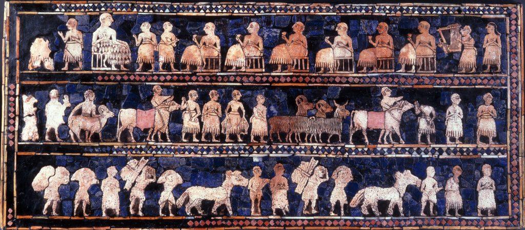 """Słynny Sztandar z Ur (około 2500 p.n.e.), obecnie eksponowany w British Museum w Londynie. Tak zwana """"strona pokojowa"""" przedstawia wspólne przedsięwzięcia, takie jak uczty i (prawdopodobnie) płacenie podatków; Domena Publiczna"""