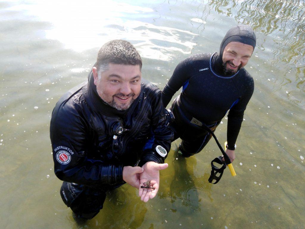 Znalazca zapinki (Artur Brzóska) i współautor artykułu (Bartosz Kontny) © A. Grzędzielska, na licencji CC-BY-SA 4.0