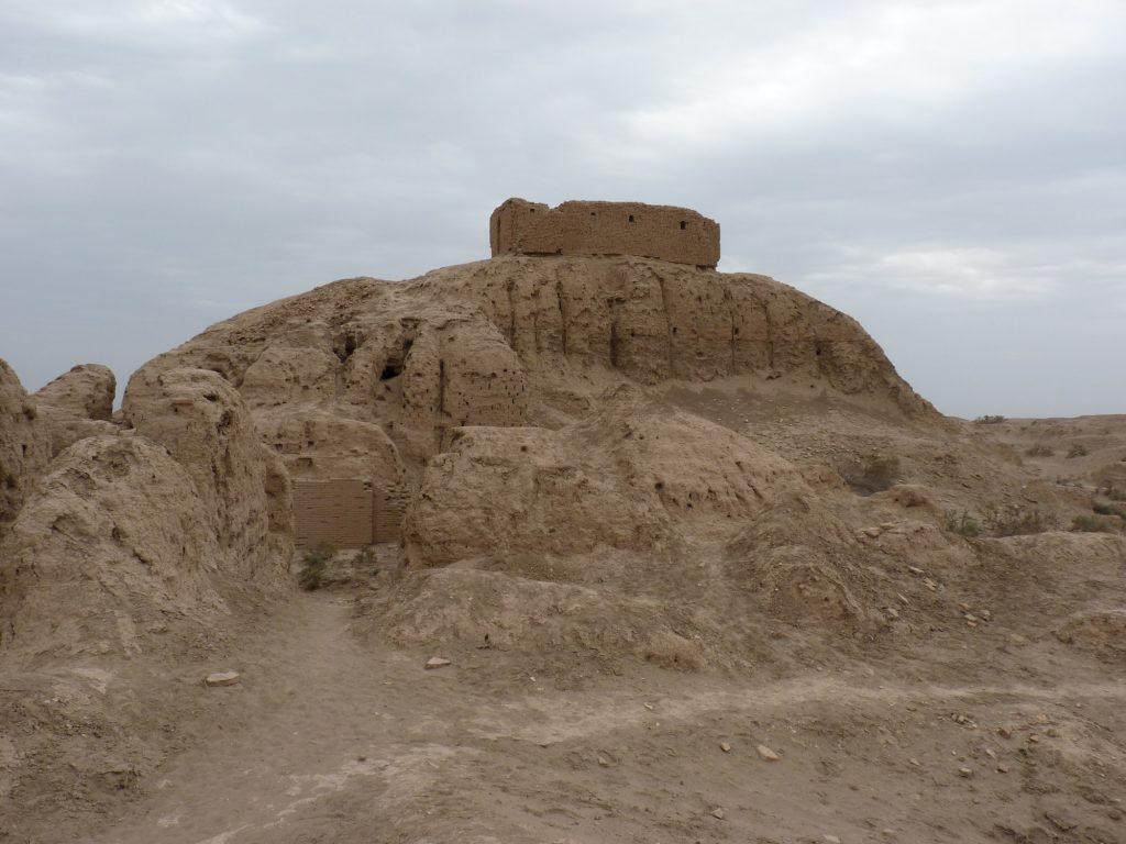 Ziggurat w Nippur (współczesny Nuffar, Irak), niegdyś centrum religijne południowej Mezopotamii. Nawet jeśli uznajemy wywołany przez przemiany środowiska upadek starożytnych społeczeństw, to aby właściwie ocenić pełny wpływ zmian klimatycznych i związanych z nimi zmian politycznych, musimy odpowiednio połączyć wyniki analiz nauk przyrodniczych i społecznych © G. Benati