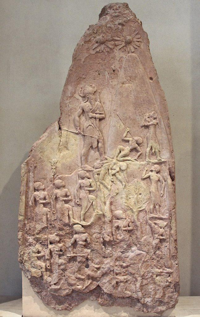 Stela upamiętniająca zwycięstwo nad plemionami górskimi odniesione przez Naram-Sina, króla imperium akadyjskiego w latach około 2254–2218 p.n.e. © F. Romero, France - Paris - Musée du Louvre, na podstawie licencji CC BY 2.0, via Wikimedia Commons