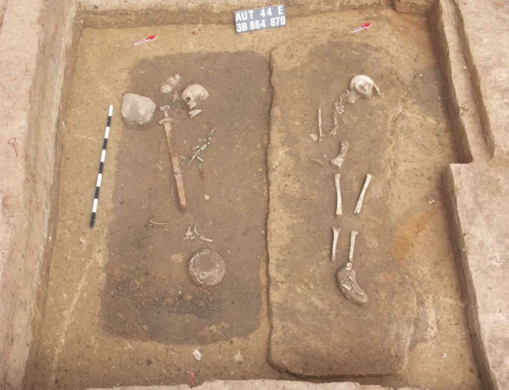 Elitarny cmentarz w Bodzi: grób młodego wojownika i towarzyszącej mu kobiety (początek XI wieku) © S. Gronek