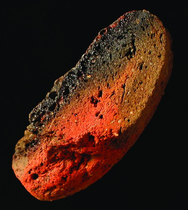Nadtopiony fragment ceramiki służącej do obróbki metali, późna epoka brązu, Qantir-Piramesses, Egipt za J. Bayley,T. Rehren, 2007, Towards a functional and typological classification of crucibles, [w:] Metals and Mines Studies in Archaeometallurgy, S. La Niece, D. Hook & P. Craddock (red.), 46-55, fig. 1
